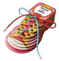 凯特学习自己绑鞋带